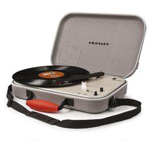 /magazine/img/016c15829301d014902448c71517f65e/large/tech_and_gadget_gifts_for_graduation_Crosley_Messenger_Turntable.JPG